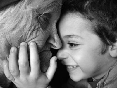 20130516172410-abuelos-ninos-centro-de-dia-gonzalo-berceo-ruben-lapuente.jpg