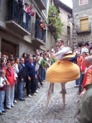 20100801100334-danzadores-de-zancos-anguiano.jpg
