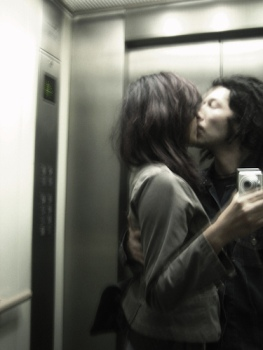 20121102083901-amor-ascensor-duermevela-ruben-lapuente.jpg